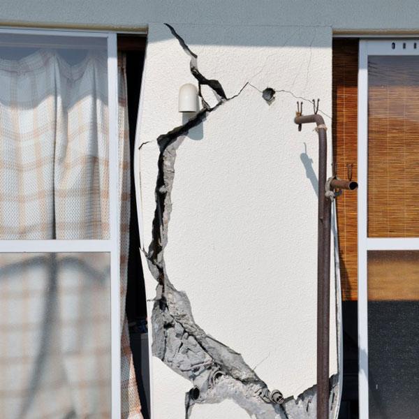 Трещины в бетонном здании после землетрясения.